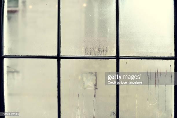 ventanas empañadas con condensación en invierno - josemanuelerre fotografías e imágenes de stock