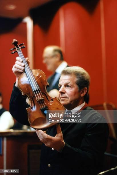 Vente aux enchères de deux violons Stradivarius à l'hôtel des ventes Drouot avec à l'arrièreplan Maître Jacques Tajan le 3 février 1998 à Paris France