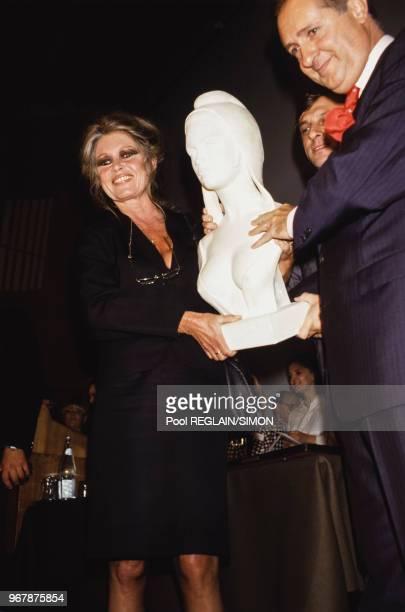 Vente aux enchères d'objets appartenant à Brigitte Bardot dont le buste de Marianne à Drouot le 17 juin 1987 à Paris France
