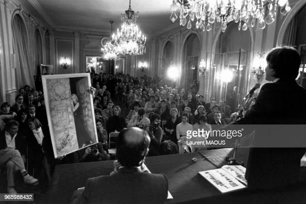 Vente aux enchères par le commissairepriseur Pierre Cornette de SaintCyr des photos de Brigitte Bardot prises par le photographe Ghislain Dussart le...