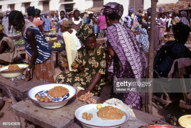 Vente de beignets sur le marche a Ziguinchor Senegal