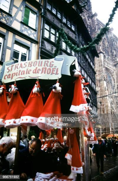 Vente de bonnets de Père Noël sur le marché de Noël de Strasbourg en 2001 dans le BasRhin France