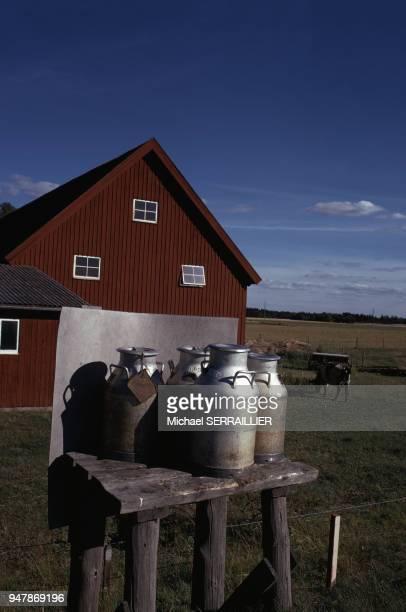 Vente de lait devant une ferme dans la province de Dalsland en juillet 1974 Suède