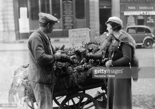 Vente de muguets dans les rues de Paris France le 1 mar 1934