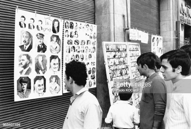 Vente de photographies d'Hafez elAssad Gamal Abdel Nasser et Mouammar Kadhafi à côté de portraits de stars du cinéma dans une rue de Damas en Syrie