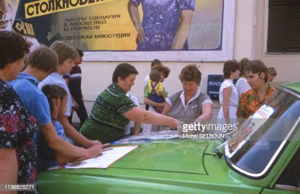 Vente de tickets de loterie dans la rue à Moscou, le 26 août 1985, Russie.