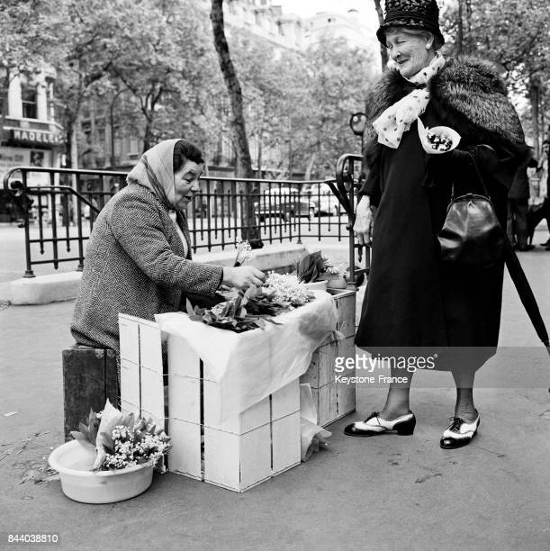 Vente du muguet dans les rues de Paris France le 1 mai 1961