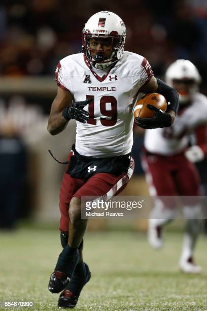 Ventell Bryant of the Temple Owls runs with the ball after a reception against the Cincinnati Bearcats at Nippert Stadium on November 10 2017 in...