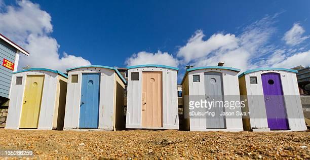 ventnor beach huts - s0ulsurfing stockfoto's en -beelden
