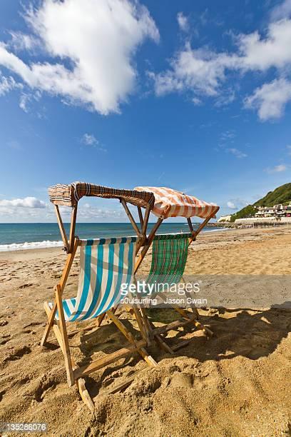 ventnor deck chairs - s0ulsurfing imagens e fotografias de stock