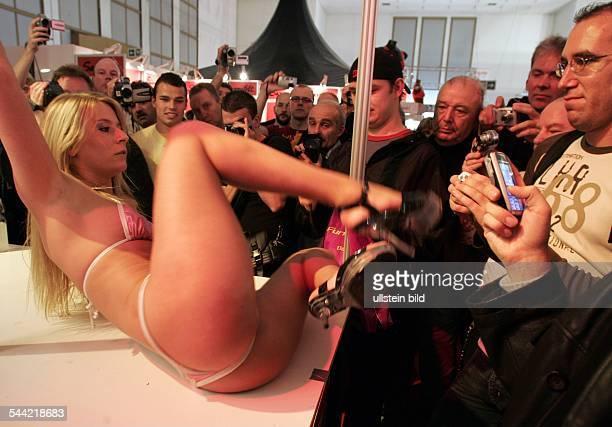 8 Venus Erotikmesse in Berlin Stripperin mit männlichem Publikum