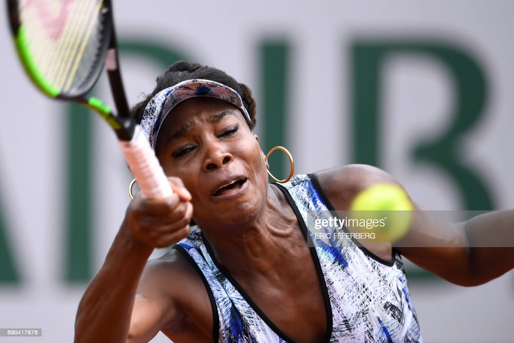 US Venus Williams returns the ball to Japan's Kurumi Nara during their tennis match at the Roland Garros 2017 French Open on May 31, 2017 in Paris. / AFP PHOTO / Eric FEFERBERG