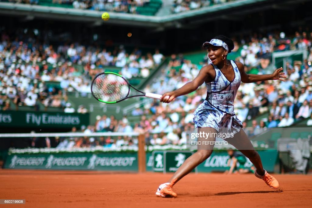 Venus Williams returns the ball to Switzerland's Timea Bacsinszky during their tennis match at the Roland Garros 2017 French Open on June 4, 2017 in Paris. / AFP PHOTO / Eric FEFERBERG