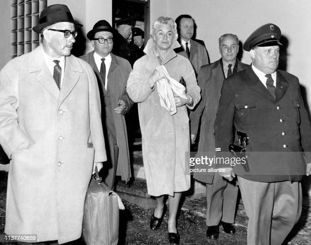 Vera Brühne bei einem Lokaltermin am Tatort 3041962 Die Geschichte der Münchner Gesellschaftsdame die in einem spektakulären Indizienprozeß 1962...