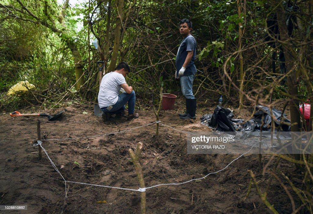 MEXICO-CRIME-VIOLENCE-MASS GRAVE : News Photo