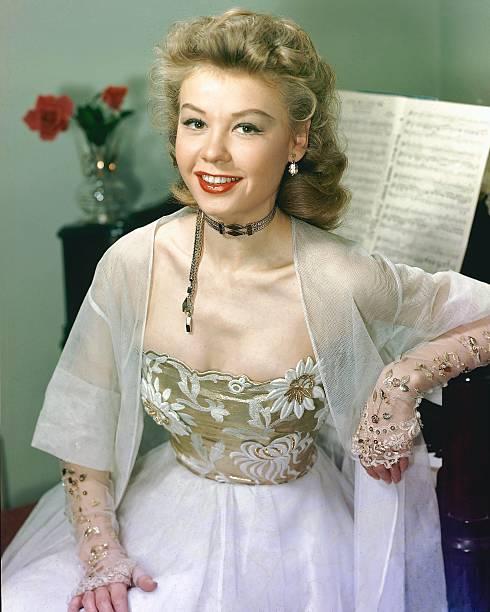 veraellen-us-actress-and-dancer-wearing-