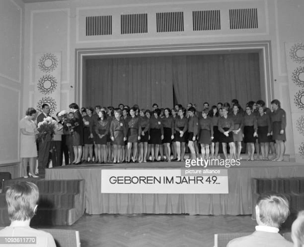 """Veranstaltung verschiedener Kulturgruppen der Universität Jena in der Mensa am . Studenten stehen auf der Bühne mit der Aufschrift """"Geboren im Jahr..."""