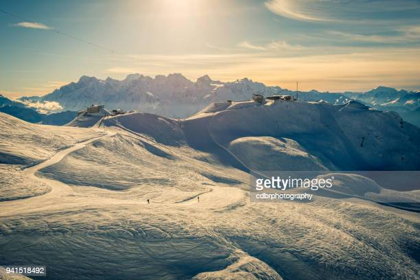 verbier ski resort zonsondergang - skigebied stockfoto's en -beelden