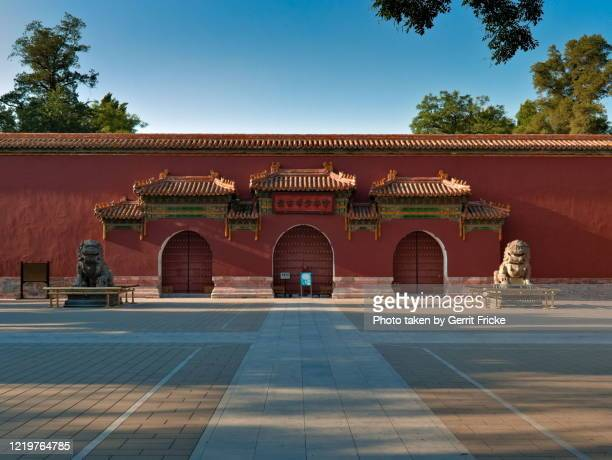 verbotene stadt peking / forbidden city beijing / 故宫 and jingshan park 景山 - stadt stock pictures, royalty-free photos & images