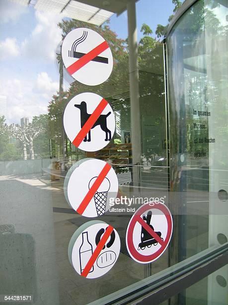Verbotsschilder an einem Glasfenster Rauchverbot Hundeverbot Verbot von Speisen und Getränken Verbot von Inlineskates