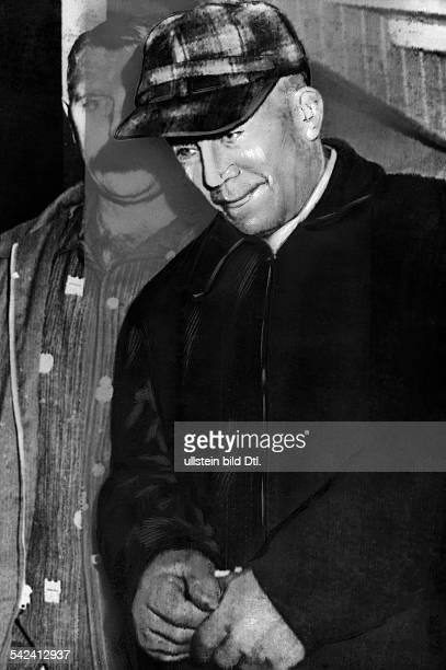 USA Verbrecher Ed Gein wird in Handschellen abgeführtihm wird der Mord an mindestens 10Menschen vorgeworfenNovember 1957