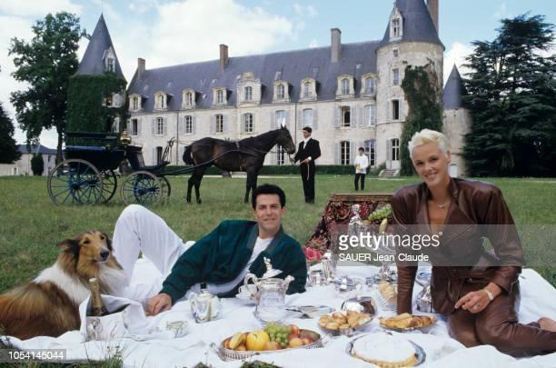 Verdes France Avril 1987 Le couturier JeanClaude JITROIS reçoit son amie Brigitte NIELSEN dans son château de Lierville Ici tous les deux...