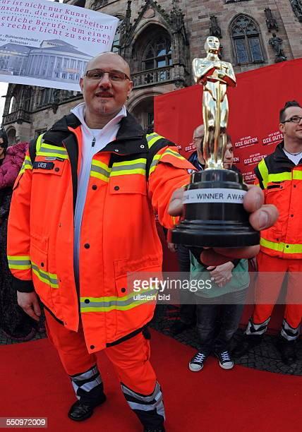 """Ver.di saar veranstaltet eine """"Oskar-Verleihung"""" vor dem Saarbrücker Rathaus. Über einen roten Teppich schreiten Angestellte des öffentlichen..."""