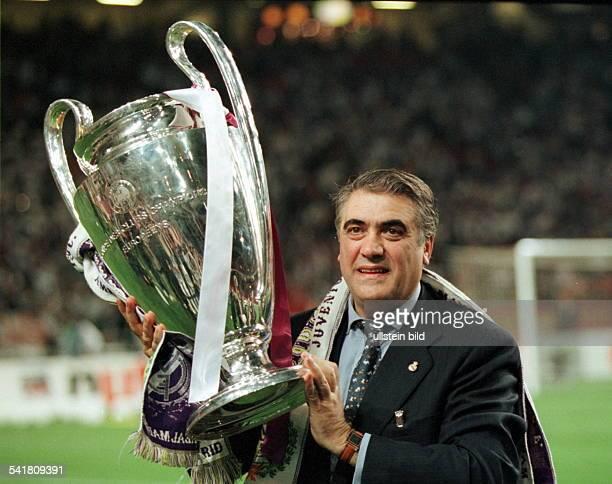 Vereinspräsident Real MadridChampions League Finale in AmsterdamReal Madrid Juventus Turin 10 nach der Siegerehrung mit dem Pokal