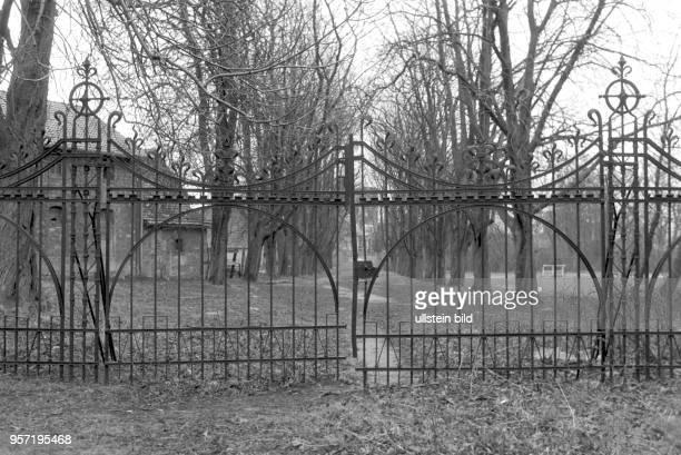 Verfallen liegen Gebäude und Parkanlagen um Schloss Gneisenau im Ortsteil Sommerschenburg im Grenzgebiet an der innerdeutschen Grenze zwischen...