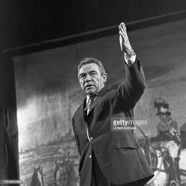 Vergißmeinnicht, Fernsehshow, Deutschland 1966, Moderator Peter Frankenfeld auf der Bühne.