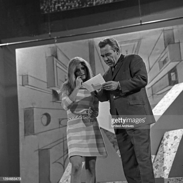 Vergißmeinnicht, Fernsehshow, Deutschland 1966, Moderator Peter Frankenfeld auf der Bühne mit der französischen Sängerin Dalida.