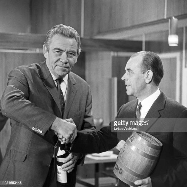 Vergißmeinnicht, Fernsehshow, Deutschland 1966, Moderator Peter Frankenfeld mit Kandidat auf der Bühne.