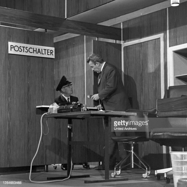 Vergißmeinnicht, Fernsehshow, Deutschland 1966, Moderator Peter Frankenfeld mit Walter Spahrbier auf der Bühne.