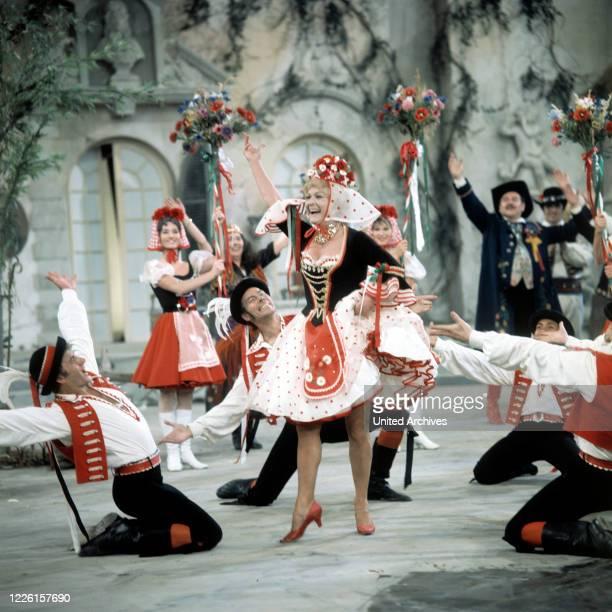 VERGIßMEINNICHT / Vergissmeinnicht / MARIKA RÖKK Auftritt in der ZDFSpielshow 8 Februar 1968 Grimm30672