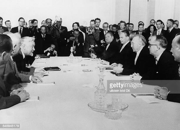 Verhandlungen zwischen der Bundesregierungund der Sowjetunion in Moskauam Konferenztisch im SpiridonowkaPalast2 von links Nikita Chruschtschow...