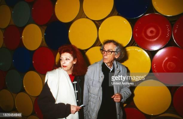 """Verhüllungskünstler Christo und Ehefrau Jeanne Claude beim Besuch ihrer Installation """"Die Mauer - 13000 Ölfässer"""" im Gasometer in Oberhausen,..."""