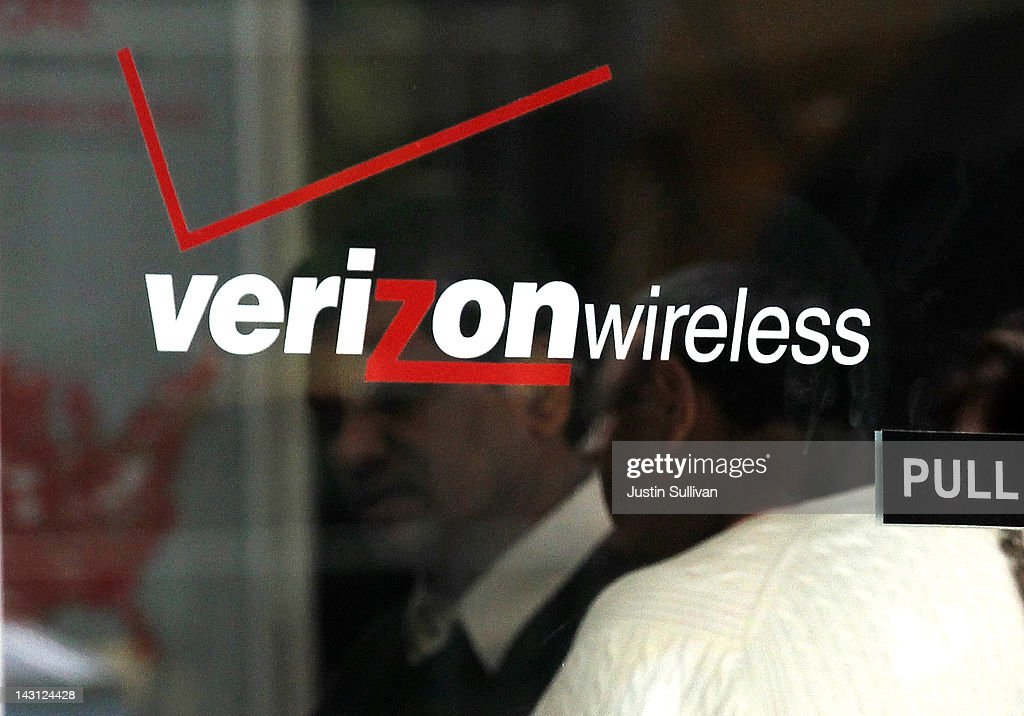 Verizon Reports Strong Earnings On iPhone Contracts : News Photo