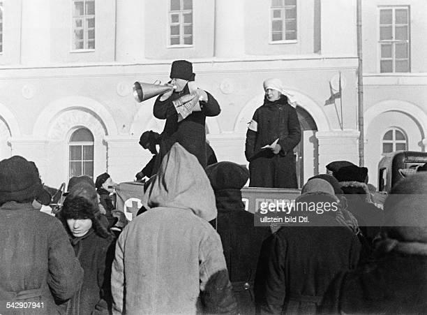 Verkauf von Lotterielosen für das Rote Kreuz auf dem Theaterplatz1932Foto Unionbild StrassbergFoto ist Teil einer Serie Weitere Motive im...