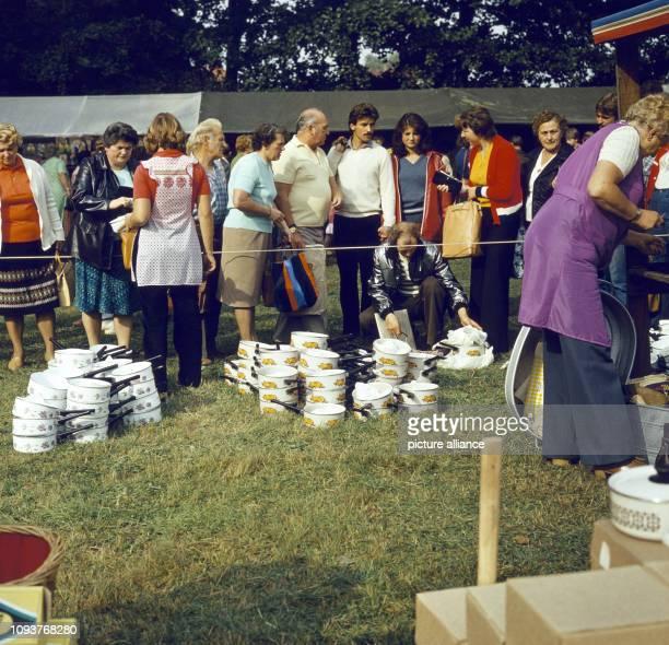 Verkauf von Töpfen und Pannen an einem Stand auf dem Dittersbacher Jahrmarkt einer der größten BauernJahrmärkte im Bezirk Dresden aufgenommen am Der...