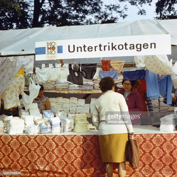 Verkauf von Untertrikotagen an einem Stand auf dem Dittersbacher Jahrmarkt einer der größten BauernJahrmärkte im Bezirk Dresden aufgenommen am Der...