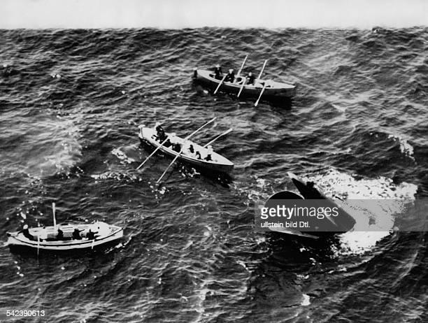 Verkehr Schifffahrt Untergang des britischen Unterseebootes'Thetis' Rettungsmannschaften suchenin Ruderbooten neben dem Heck desBootes nach...