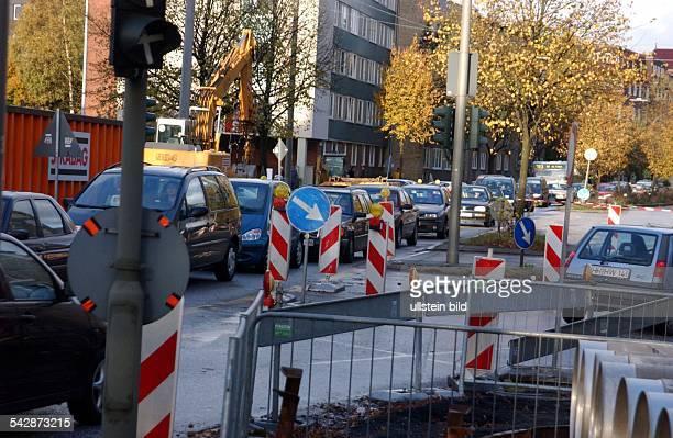 Verkehr / Straßenverkehr: Stau auf der Max Brauer Allee in Hamburg. .