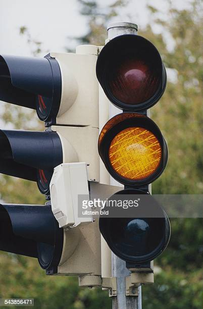 Verkehrsampel auf Übergangsgelb Ampel Straßenverkehr Ampelanlage Ampel mit Gelblicht Ampel Gelb Lichtzeichenanlage Lichtsignalanlage Aufgenommen Mai...