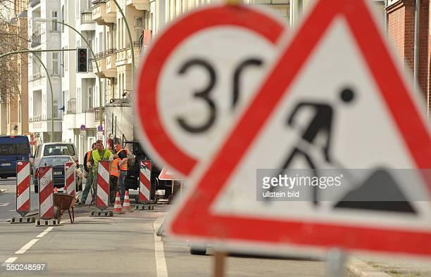 Verkehrsschild: Achtung Bauarbeiten anlässlich der Erneuerung der Strassendecke auf der Wichertstrasse in Berlin-Prenzlauer Berg