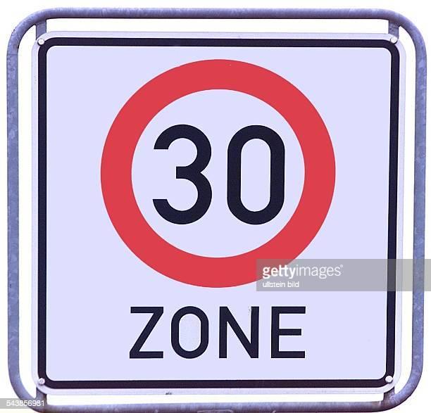 Verkehrsschild zur Anzeige eines Streckenabschnittes, in dem im Straßenverkehr die Fahrgeschwindigkeit 30 einzuhalten ist....