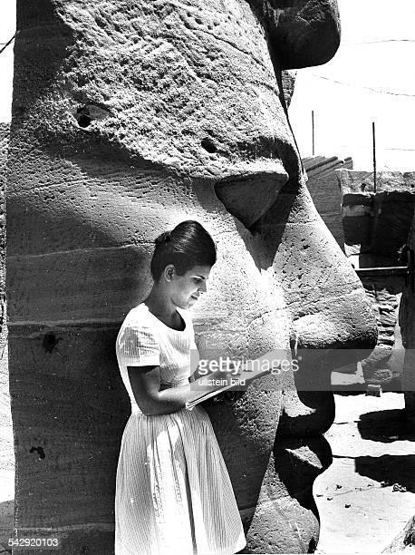 Verlegung der vom Hochwasser durch den AssuanStaudamm bedrohten Ramses Tempel von Abu Simbel Archäologin Wafa Refat bei der systematischen Erfassung...