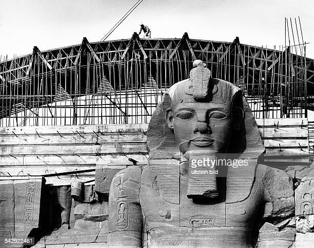 Verlegung der vom Hochwasser durch den AssuanStaudamm bedrohten Ramses Tempel von Abu Simbel Fassade des fast wiederaufgebauten Grossen Tempels...