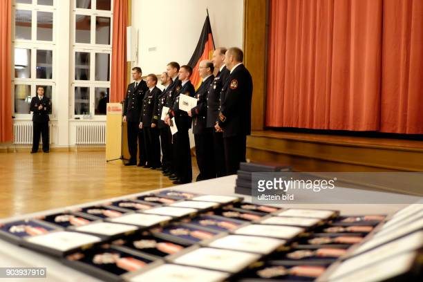 Verleihung des Feuerwehr und Katastrophenschutzehrenzeichens Stufe 1 an Männer und Frauen der Freiwilligen Feuerwehr Berlins für ihre 10jähriges...