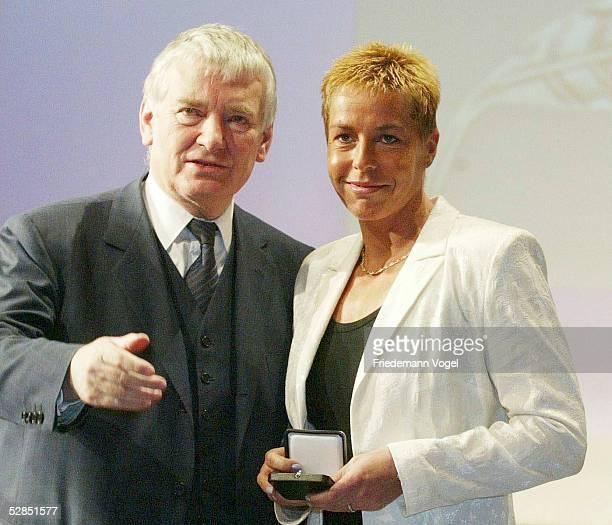 Verleihung Silbernes Lorbeerblatt Berlin Innenminister Otto SCHILY mit Grit BREUER/Leichtahtletik
