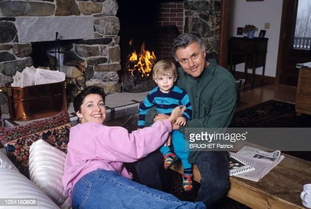 Vermont EtatsUnis 5 avril 1993 Rendezvous avec John IRVING en famille dans sa maison du Vermont Ici l'écrivain américain posant au coin d'un feu dans...